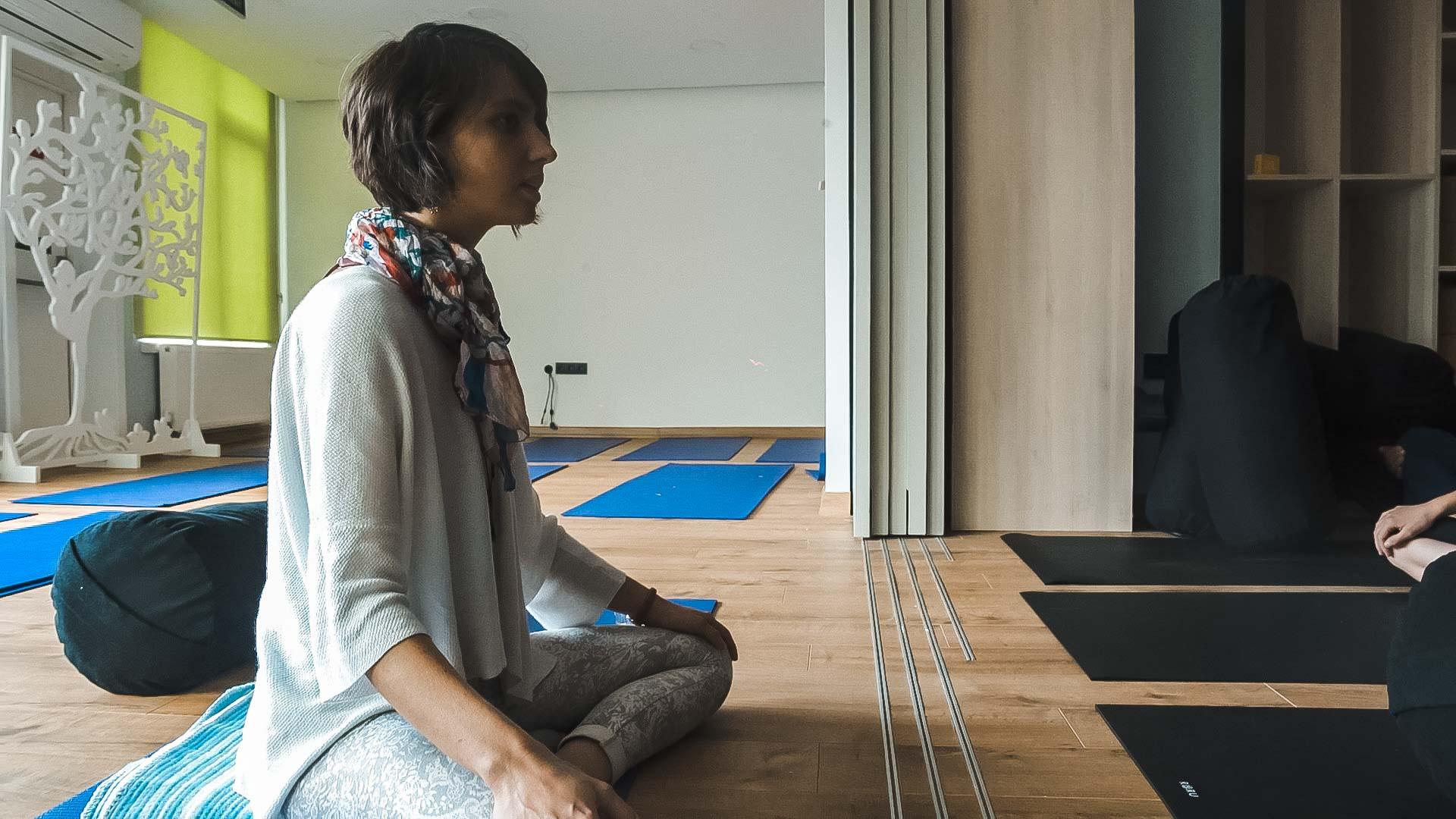 yoga dersinde bir kadın