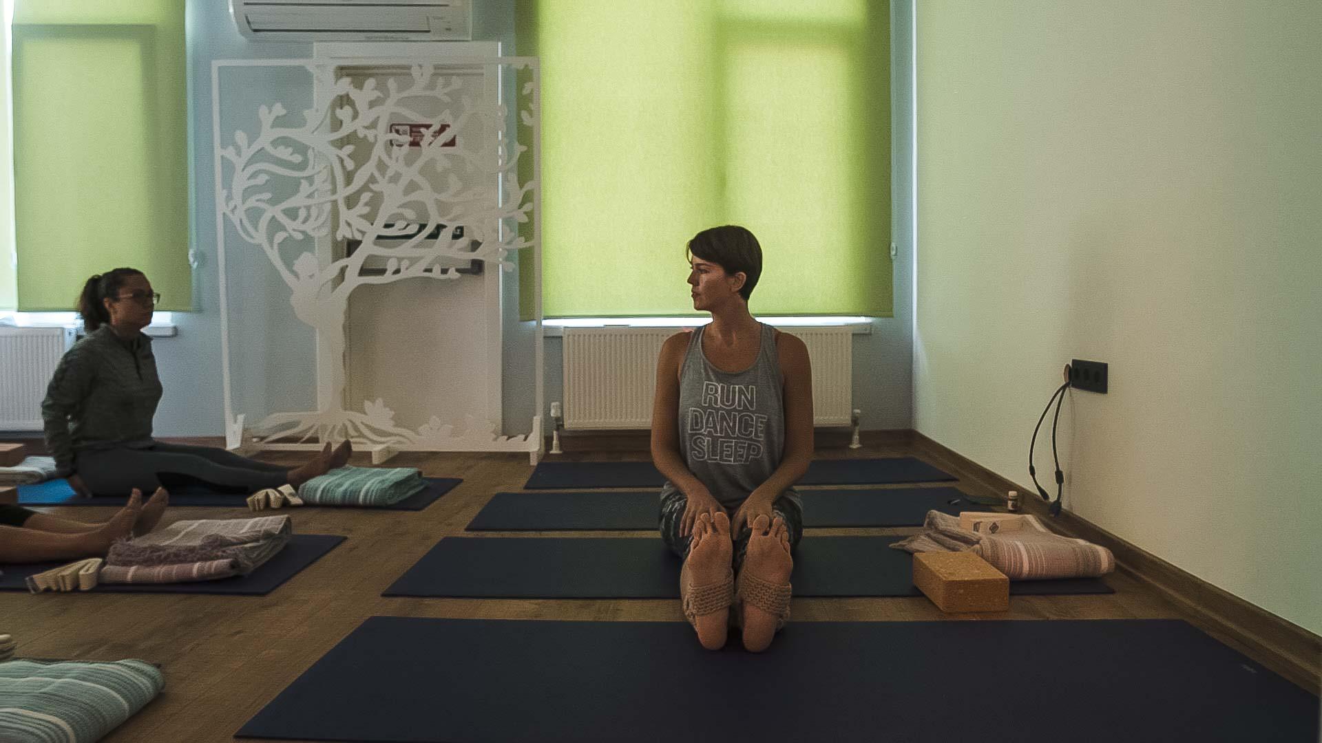 yoga dersi, bir kadın, sağa bakıyor