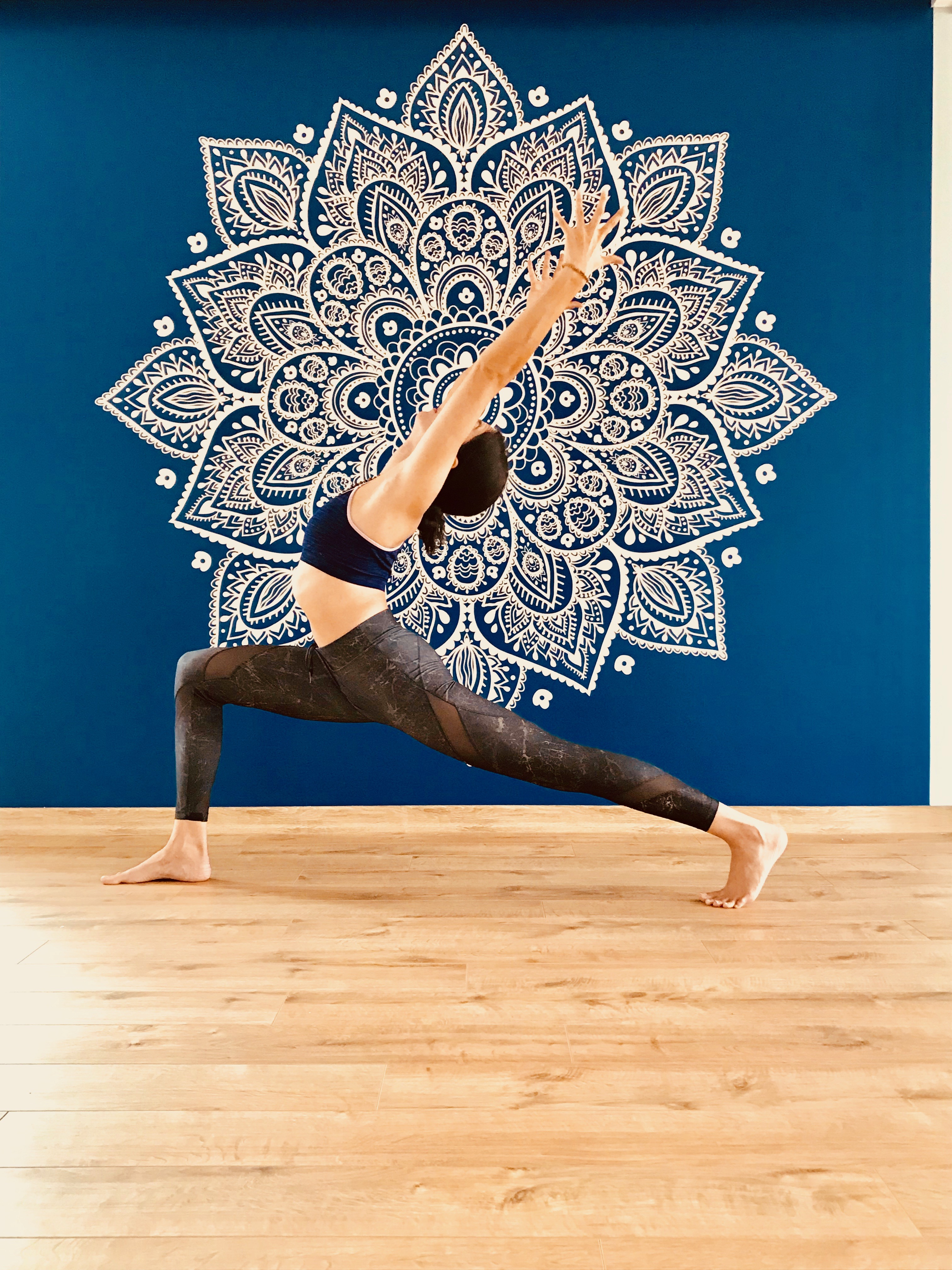 yoga yapan estetik bir kadın