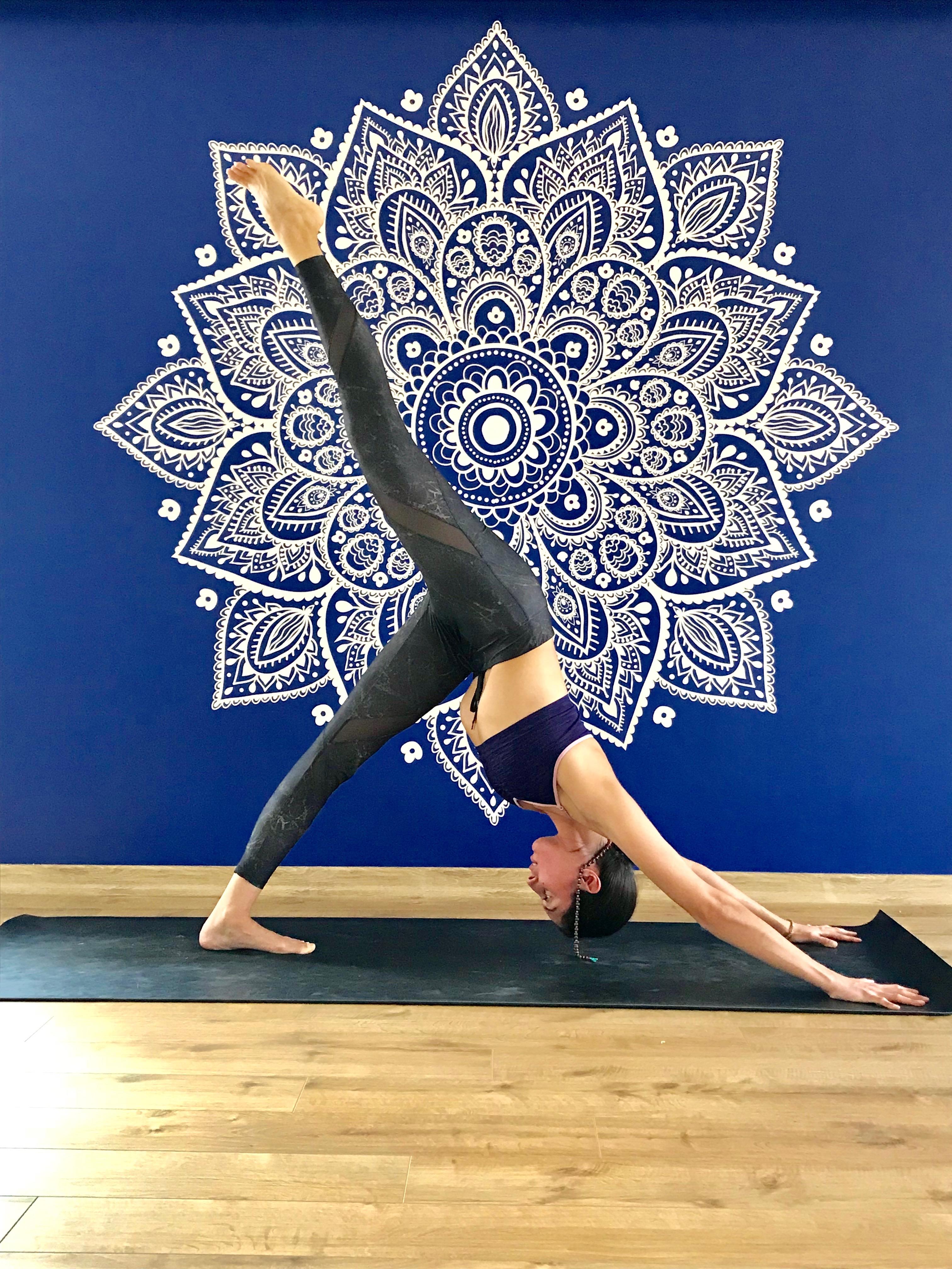 yoga yapan kadın ayakları yukarıda