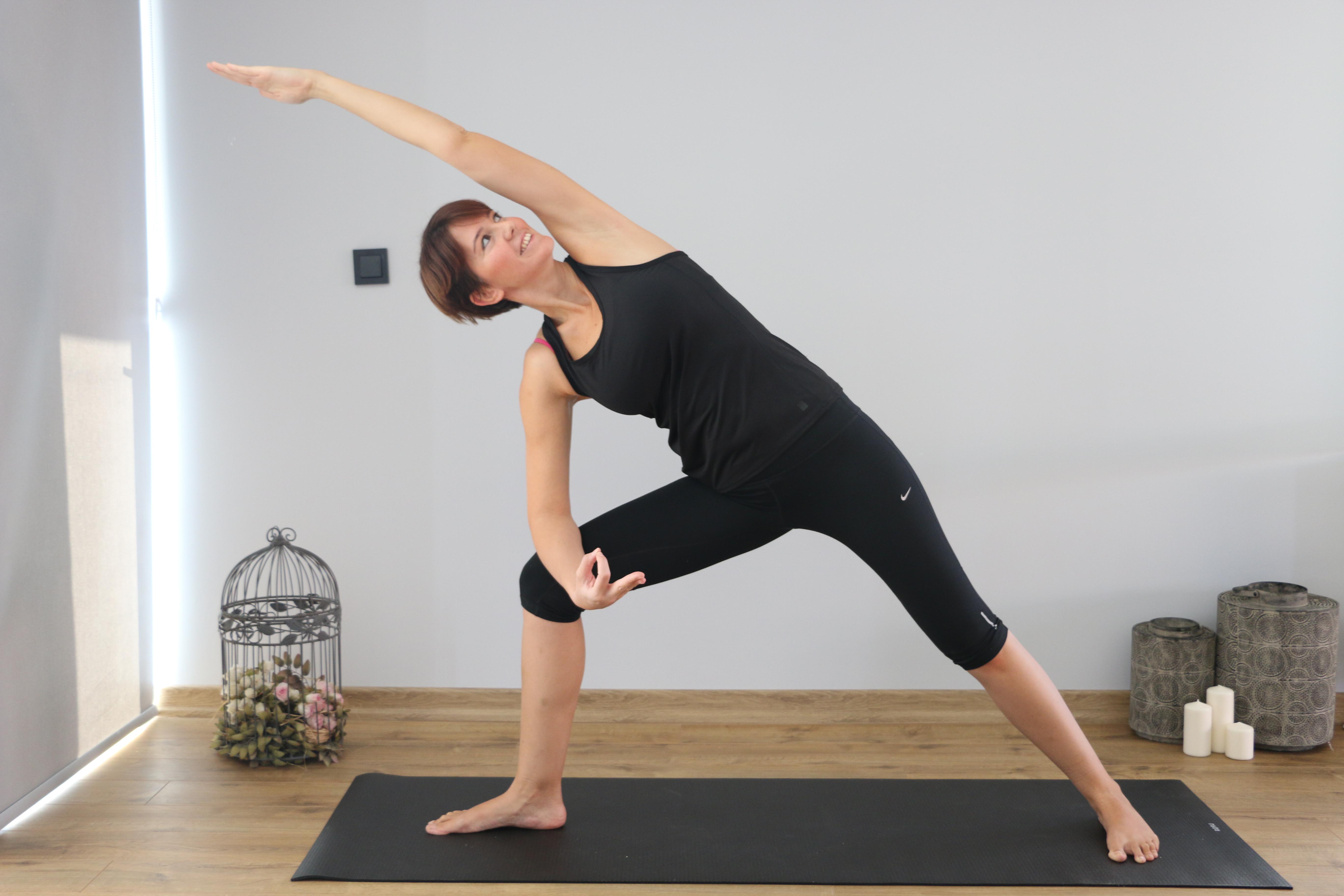 yoga hareketi yapan bir kadın