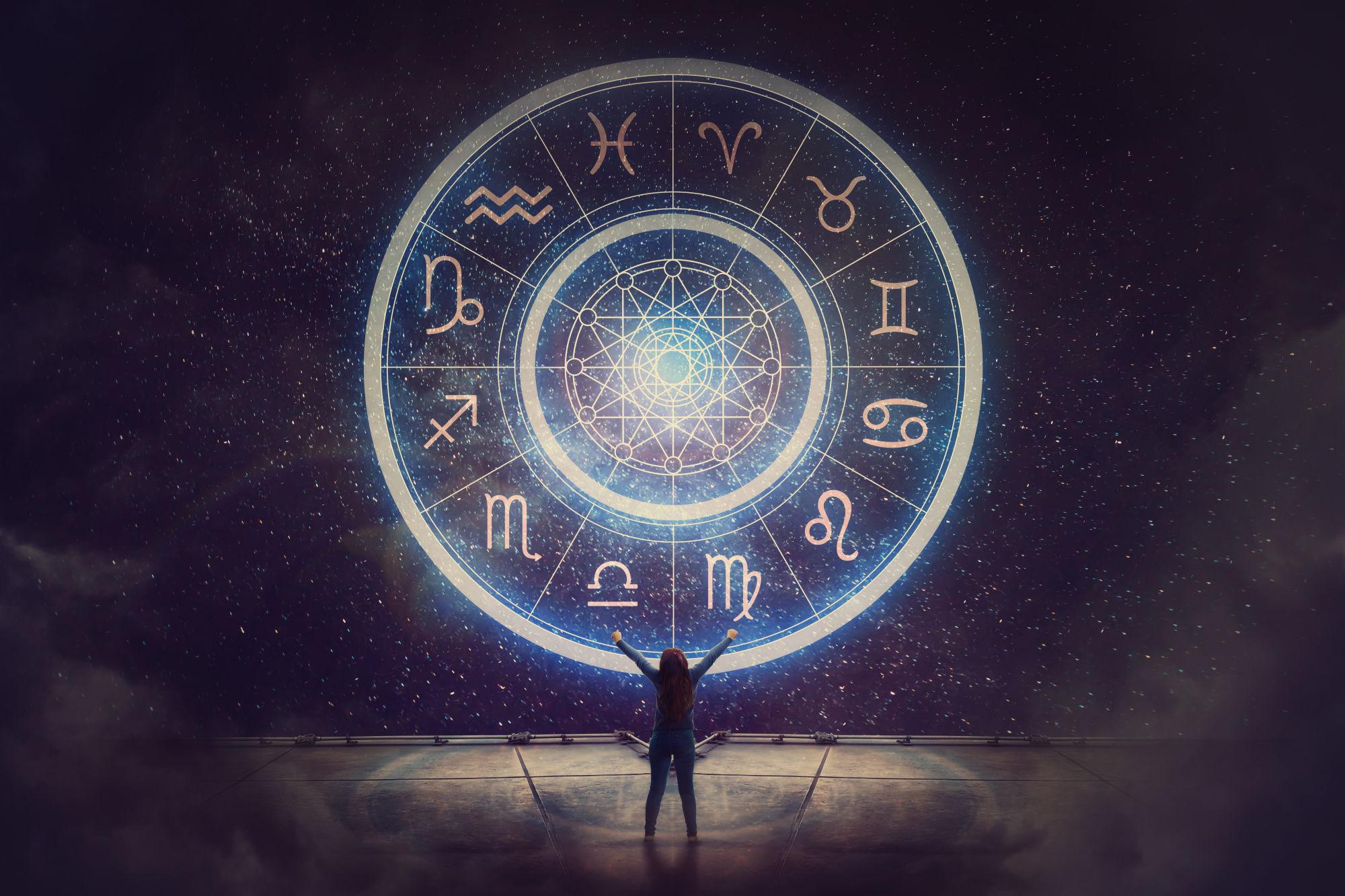 Astrolojide 12 adet burç olduğu gibi 12 adet de ev vardır. Astrolojide evler sahip olduğumuz enerjiyi dışarı çıkarttığımızda neler olacağını ifade eder. Yani burçlar kafamızın içindekileri, evler ise dışavurumlarımızı ve deneyimlerimizi ifade eder.