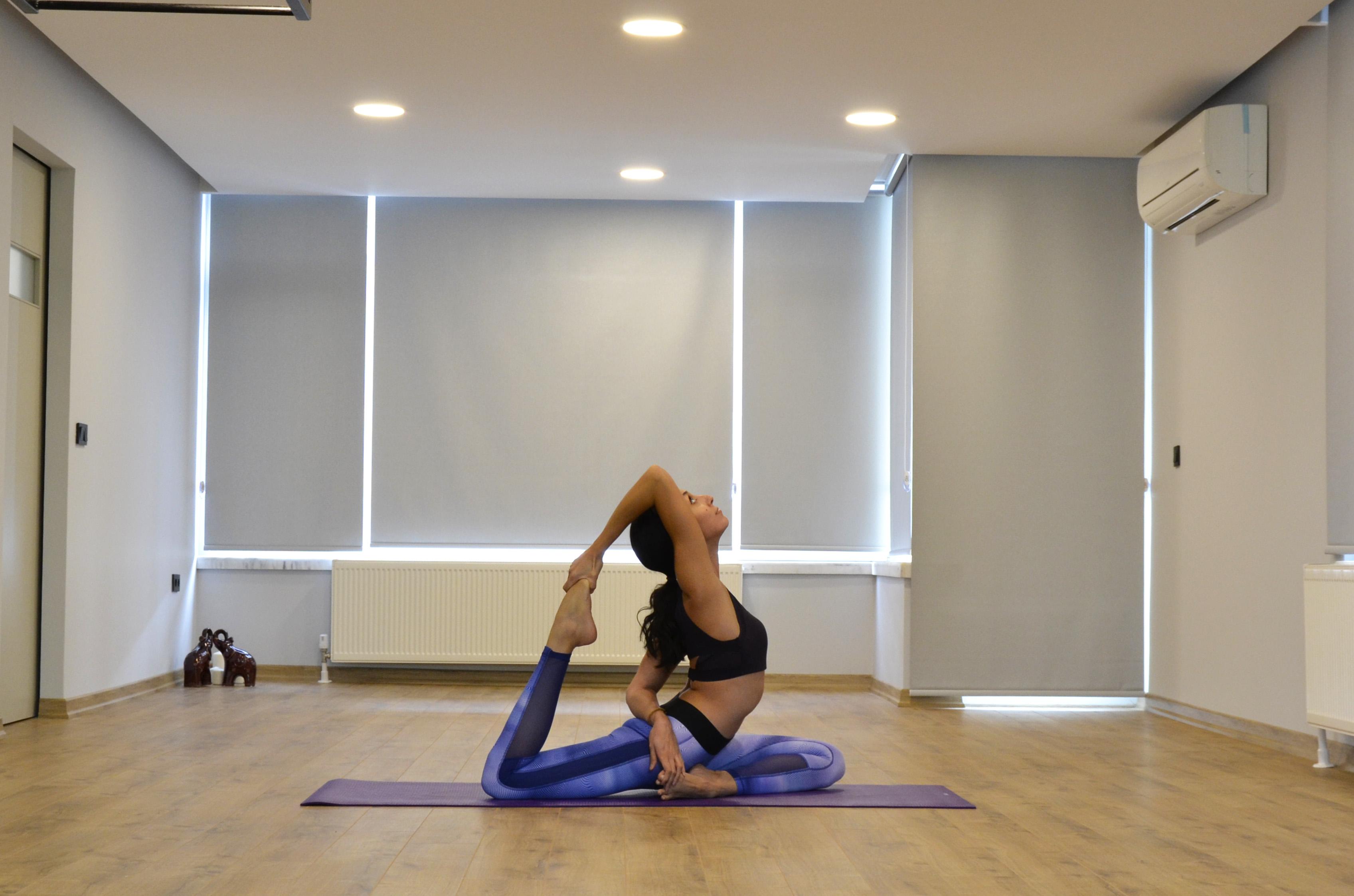 yoga eğitiminde bir kadın