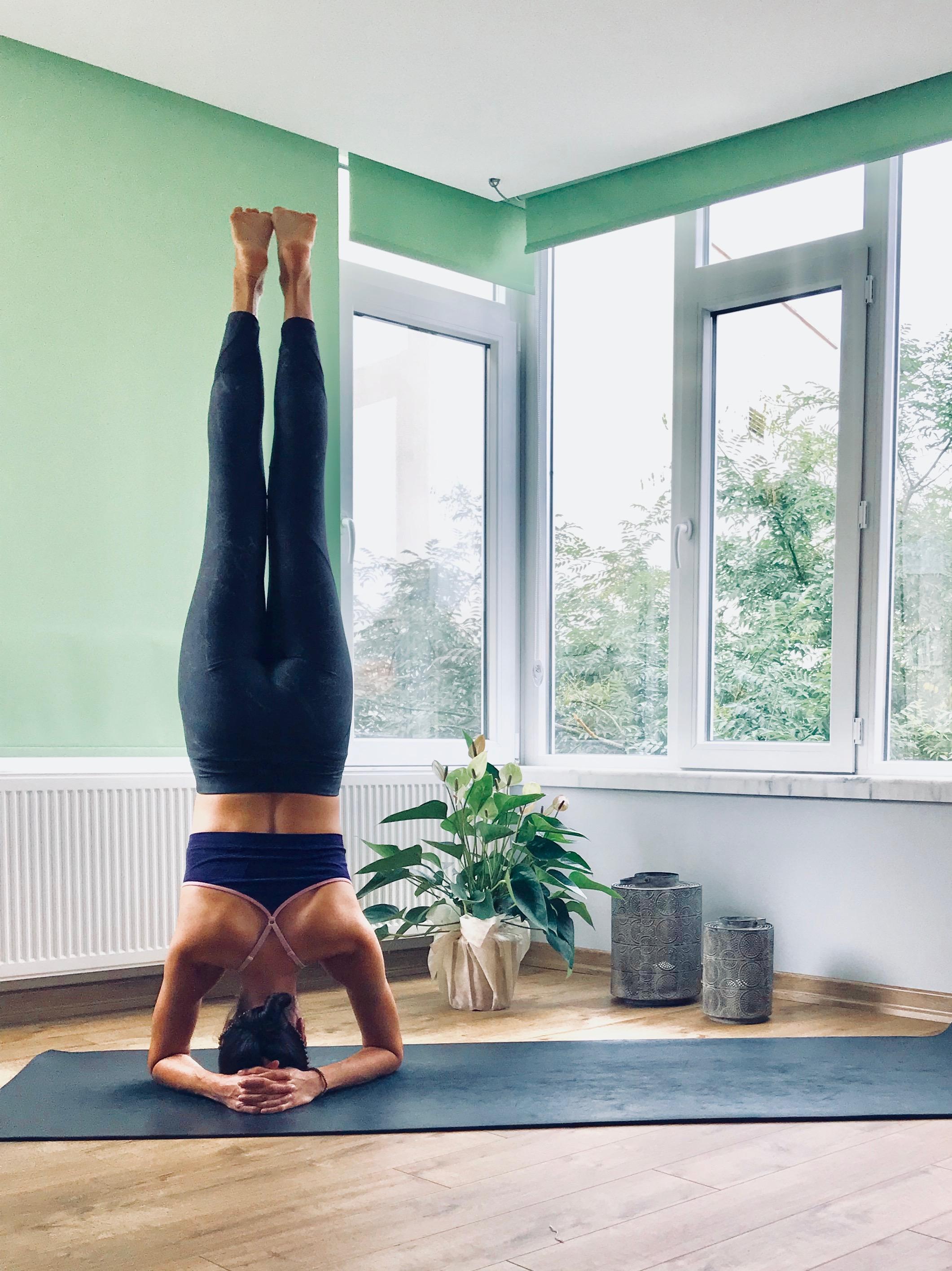 yoga kursu, bir kadın, ayakları yukarıda