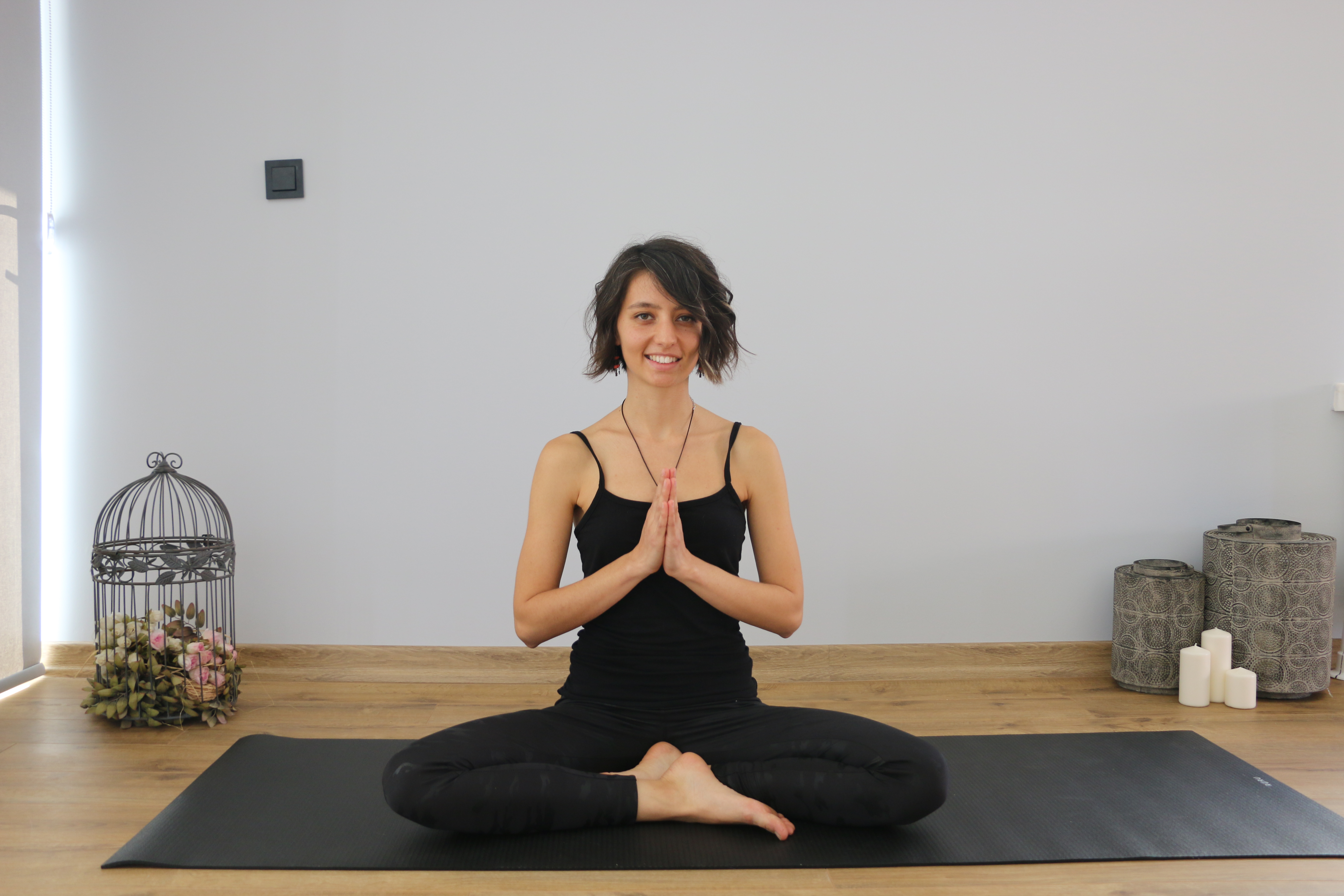 yoga yapan siyah giysili kadın