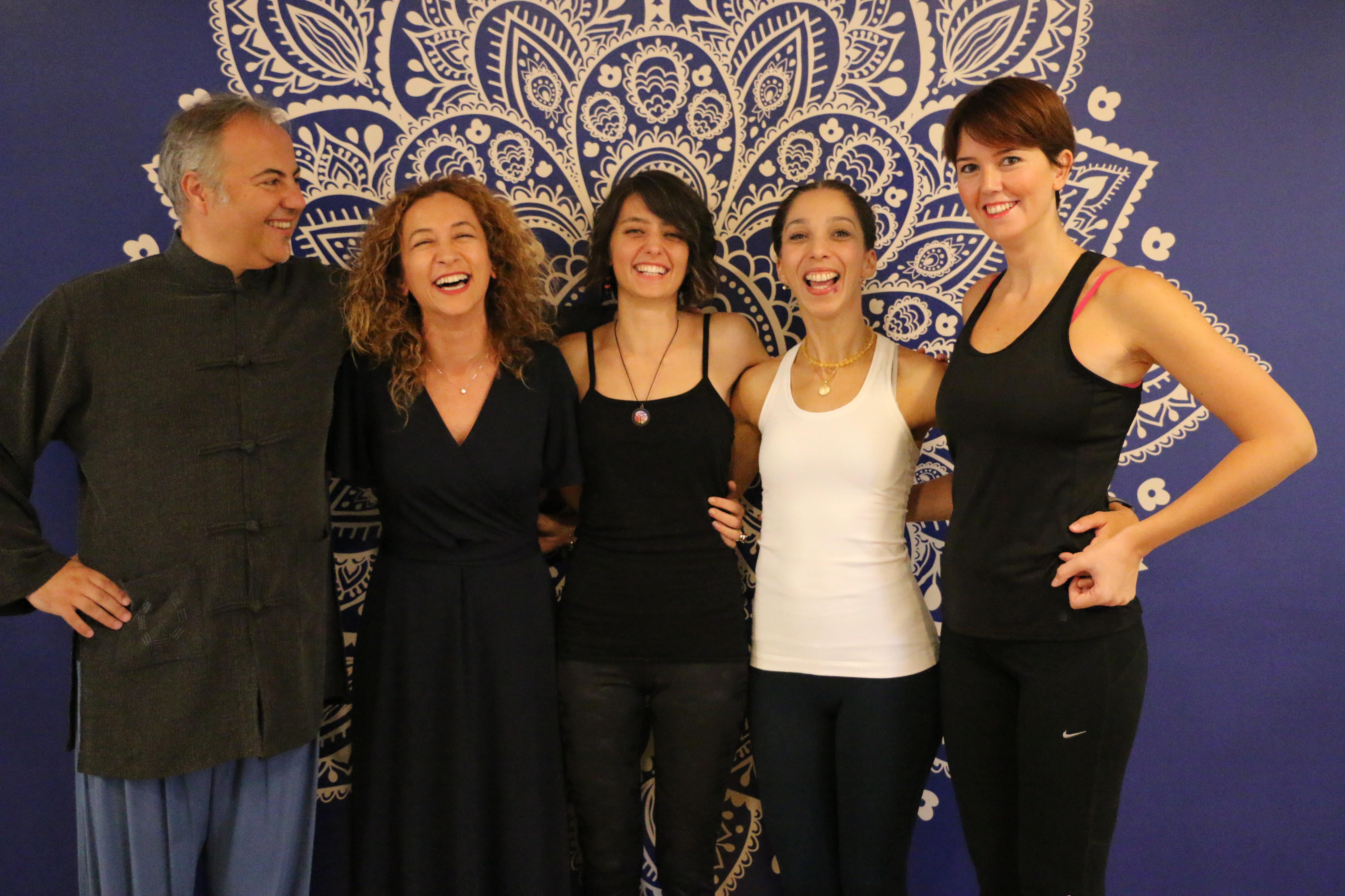fotoğraf çekilen yogacı insanlar